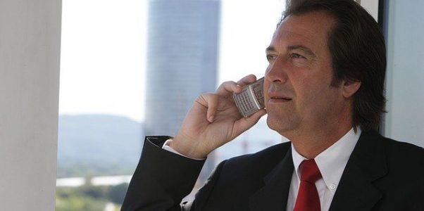 Geschäftsführer mit Smartphone